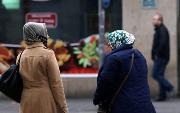 হিজাব পরায় অন্তঃসত্ত্বা মুসলিম নারীর পেটে ঘুষি