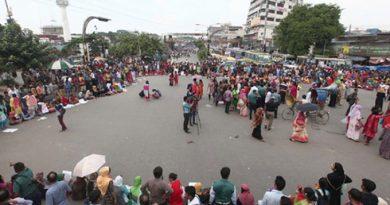সড়ক অবরোধ করে আন্দোলনে সাত কলেজের শিক্ষার্থীরা