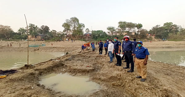 আত্রাই নদীতে বাঁধ দিয়ে মাছ ধরা বন্ধ করল ইউএনও
